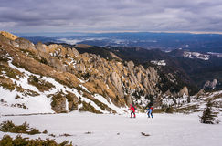 Man en vrouw in de bergen royalty-vrije stock afbeeldingen