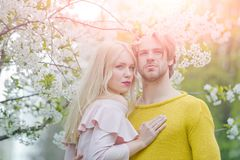 Man en vrouw in de lente, Pasen royalty-vrije stock fotografie