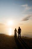 Man en vrouw dichtbij een overzees Royalty-vrije Stock Foto