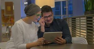 Man en vrouw die aanrakingsstootkussen voor het video babbelen gebruiken stock videobeelden