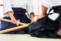 Man en vrouw die Aikido-zwaardstrijd hebben Royalty-vrije Stock Foto's