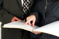Man en vrouw die bedrijfsdocumenten bekijken royalty-vrije stock foto