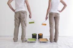 Man en Vrouw die Bereid te schilderen worden Stock Afbeeldingen