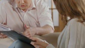 Man en vrouw die berekeningen maken die familiebegroting, problemen met geld plannen stock videobeelden