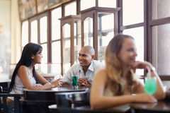 Man en vrouw die bij bar dateren Stock Foto's