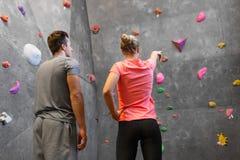 Man en vrouw die bij binnen het beklimmen gymnastiek uitoefenen stock afbeelding