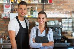 Man en vrouw die bij koffie werken Stock Foto