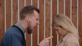 Man en vrouw die buiten debatteren stock videobeelden