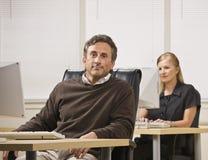 Man en Vrouw die in Bureau werken Royalty-vrije Stock Afbeelding