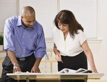 Man en Vrouw die in Bureau werken Royalty-vrije Stock Afbeeldingen