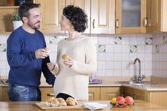 Man en vrouw die eigengemaakte cupcakes eten Royalty-vrije Stock Afbeeldingen