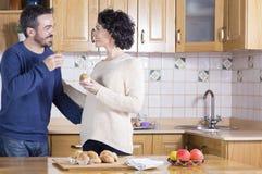Man en vrouw die eigengemaakte cupcakes eten Royalty-vrije Stock Foto