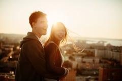 Man en vrouw die en pret hebben lachen Royalty-vrije Stock Foto