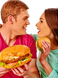 Man en vrouw die grote sandwich met kola eten Geïsoleerde Royalty-vrije Stock Afbeeldingen