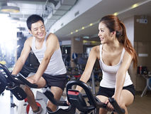 Man en vrouw die in gymnastiek spreken Stock Foto's