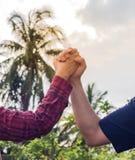 Man en vrouw die, hand twee hand in hand lopen Stock Foto