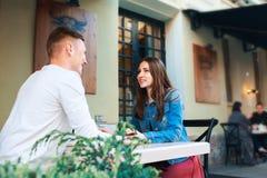 Man en vrouw die in koffie dateren Gelukkige paar het drinken koffie in in openlucht koffie op de zomervakantie Stock Foto's
