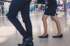 Man en vrouw die langs in de luchthaven lopen Royalty-vrije Stock Afbeeldingen