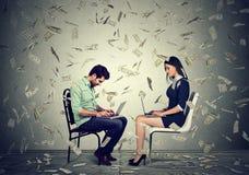 Man en vrouw die laptop met behulp van die online zaken bouwen die geld maken Royalty-vrije Stock Fotografie