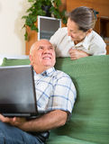 Man en vrouw die laptop thuis met behulp van Stock Foto