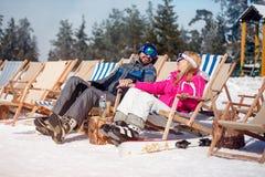 Man en vrouw die in liefde samen van in zon bij bergen genieten Royalty-vrije Stock Afbeelding