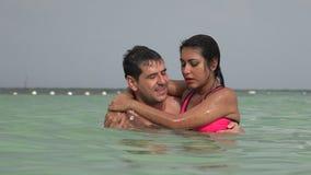 Man en Vrouw die in Oceaan drijven stock footage