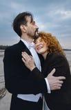 Man en vrouw die, op de achtergrond van overzeese kust koesteren, dag, openlucht royalty-vrije stock foto's