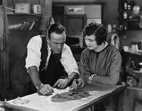 Man en vrouw die op illustratie samenwerken (Alle afgeschilderde personen leven niet langer en geen landgoed bestaat Leveranciers stock illustratie