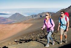 Man en vrouw die op mooie bergsleep wandelen Stock Afbeeldingen