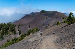 Man en vrouw die op vulkanische sleep, La Palma, Spanje lopen Royalty-vrije Stock Afbeelding