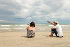 Man en vrouw die overzees onderzoeken bij het Strand Danang van China Stock Foto's