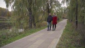Man en vrouw die in park lopen stock video