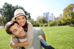 Man en vrouw die pret in centraal park hebben royalty-vrije stock foto