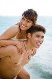 Man en vrouw die pret hebben door het strand Stock Afbeeldingen