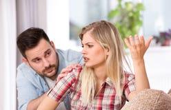 Man en vrouw die problemen in verhouding hebben stock afbeelding
