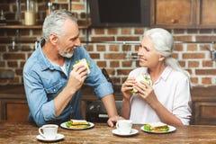 Man en vrouw die sandwiches eten royalty-vrije stock foto