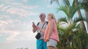 Man en vrouw die selfie bij zonsondergang op het eilandparadijs doen stock footage