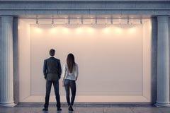 Man en vrouw die storefront bekijken Stock Foto's
