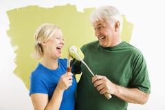 Man en vrouw die terwijl het schilderen ontspannen. royalty-vrije stock afbeelding