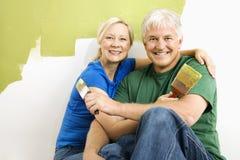 Man en vrouw die terwijl het schilderen ontspannen. stock afbeeldingen