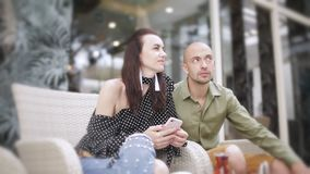 Man en vrouw die Turkse thee in openlucht drinken stock videobeelden