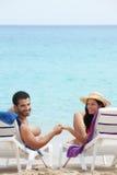 Man en vrouw die wittebroodsweken in Cuba doen stock fotografie