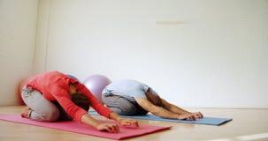 Man en vrouw die yoga 4k doen stock videobeelden