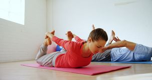 Man en vrouw die yoga 4k doen stock footage