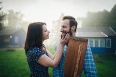 Man en vrouw die zich op kust van meer bevinden stock afbeeldingen