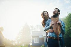 Man en vrouw die zich op kust van meer bevinden stock foto's
