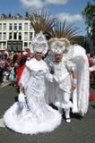 Man en vrouw in een carnaval parade Stock Afbeeldingen