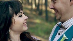 Man en vrouw, het jonge gelukkige echtpaar kussen stock video