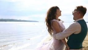 Man en vrouw, jongeren die, gelukkig gehuwd volwassen paar pret hebben en op de kust, strand spelen stock footage