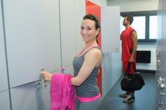 Man en vrouw in kleedkamer bij gymnastiek stock fotografie